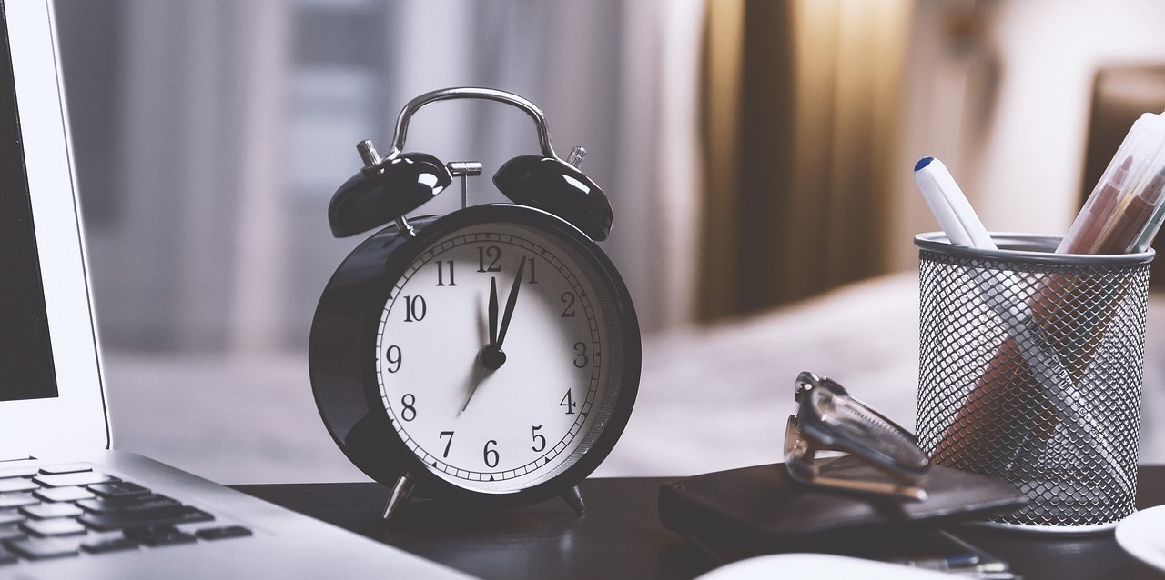 black-alarm-clock-on-desk