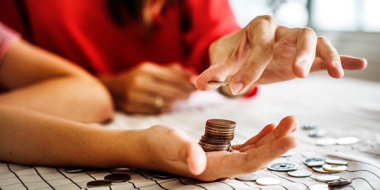 woman-dividing-money
